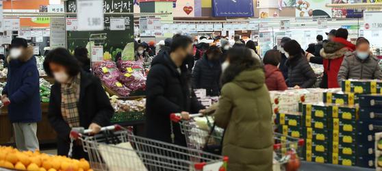 10일 오후 서울 시내 한 대형마트가 장을 보러 나온 시민들로 붐비고 있다. 연합뉴스