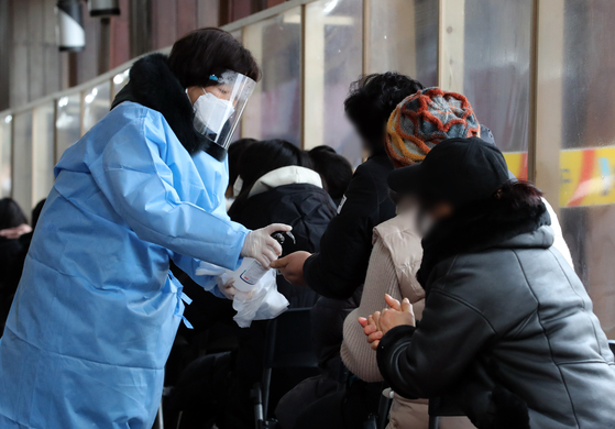 사흘 연속 신종 코로나바이러스 감염증(코로나19) 확진자가 600명대를 기록한 10일 오후 서울 송파구보건소에 마련된 코로나19 선별진료소를 찾은 시민들을 검사 순서를 기다리고 있다. 뉴스1