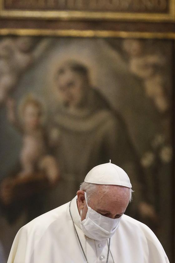 지난해 10월 20일 이탈리아 로마의 산타마리아 델 마르 성당에서 기도하는 프란치스코 교황의 모습. [EPA=연합뉴스]