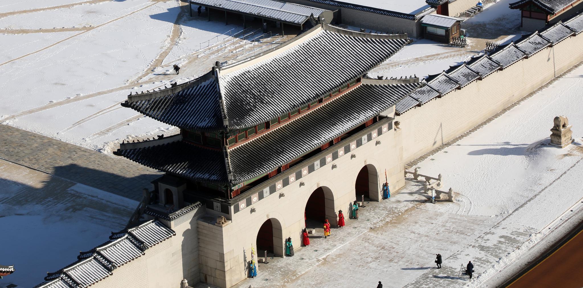지난 7일 서울 광화문 일대에 전 날 내린 눈이 쌓여 있다. 뉴스1