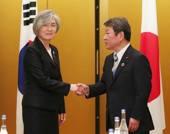 2019년 11월 23일 일본 나고야에서 강경화 외교부 장관(왼쪽)과 모테기 도시미쓰 일본 외상(오른쪽)이 회담에 앞서 악수를 하고 있다. [사진=지지통신 제공]