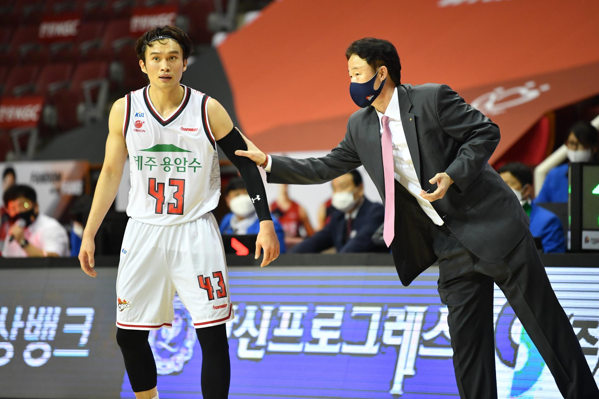 프로농구 오리온 강을준(오른쪽) 감독이 이대성에게 지시하고 있다. [사진 KBL]
