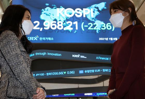 6일 오후 서울 영등포구 여의도 한국거래소 코스피 지수가 전일대비 22.36포인트(0.75%) 내린 2,968.21를 나타내고 있다. [뉴스1]