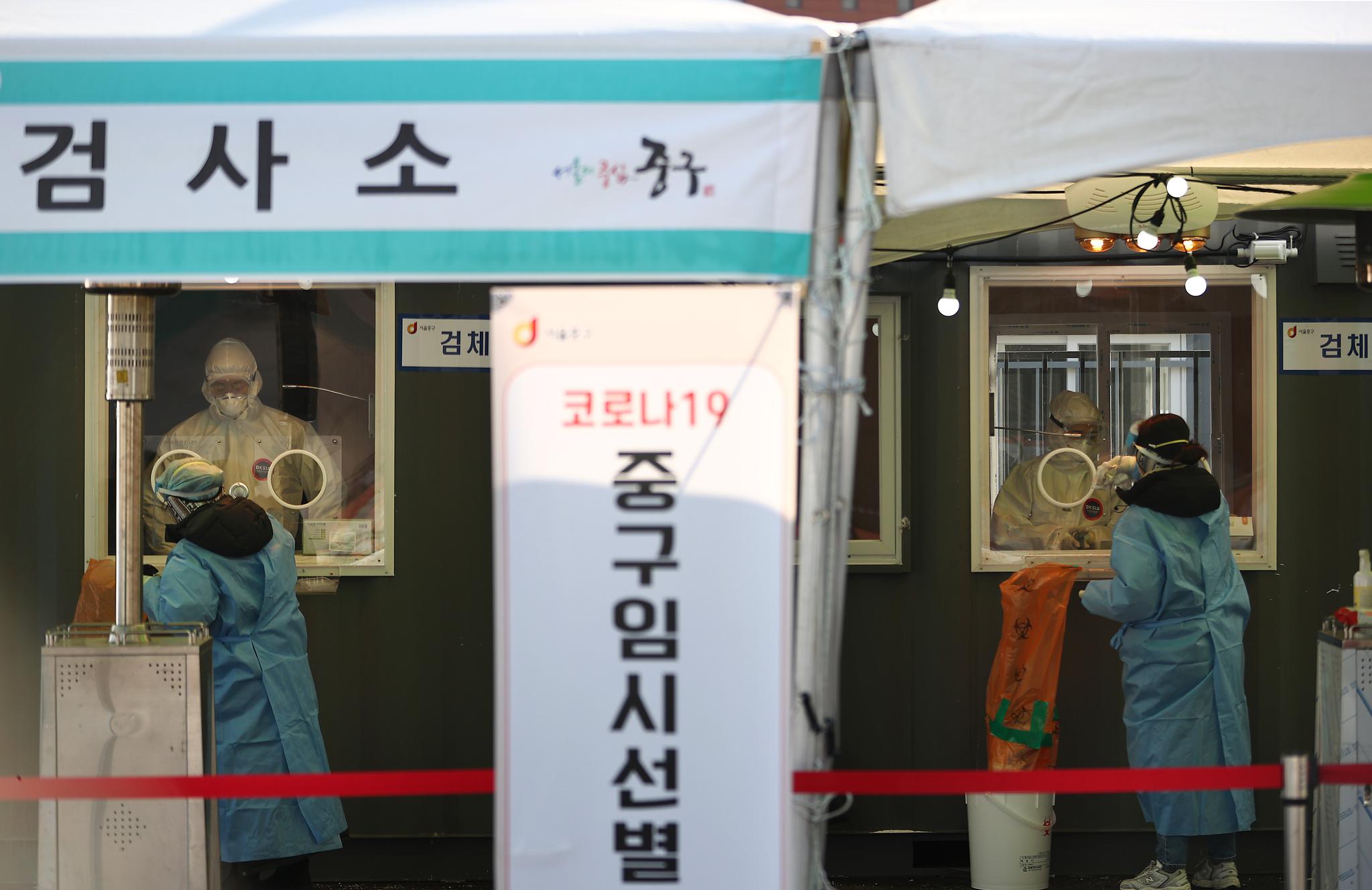 연일 강추위가 이어지고 있는 지난 10일 서울역 광장에 마련된 코로나19 임시 선별검사소. 연합뉴스