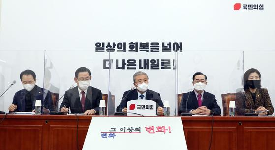 김종인 국민의힘 비대위원장(가운데)이 11일 오전 서울 여의도 국회에서 열린 비상대책위원회의에서 모두발언을 하고 있다. 오종택 기자