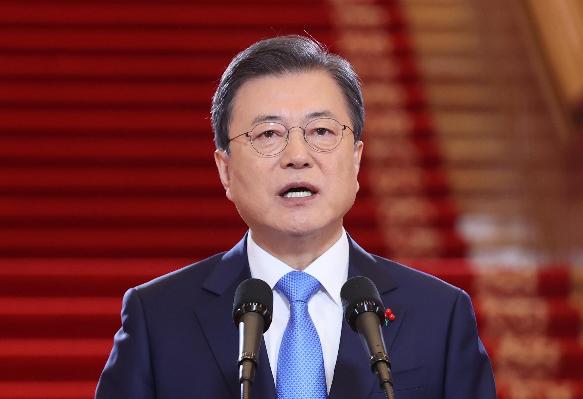 문재인 대통령이 11일 청와대에서 신년사를 하고 있다. 연합뉴스
