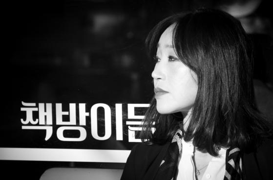 2017년부터 경기도 일산에서 책방을 운영하고 있는 시인 김이듬. 권혁재 사진전문기자