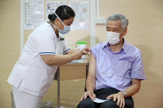 리센룽 싱가포르 총리가 지난 8일(현지시간) 미국 제약사 화이자와 독일 바이오엔테크가 공동개발한 코로나19 백신을 맞고 있다. [AFP=연합뉴스]
