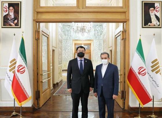 최종건 외교부 1차관(왼쪽)이 10 일(현지시간) 이란 테헤란에서 아바스 아락치 이란 외무부 차관(오른쪽)과 면담했다. [이란 국영 IRNA]