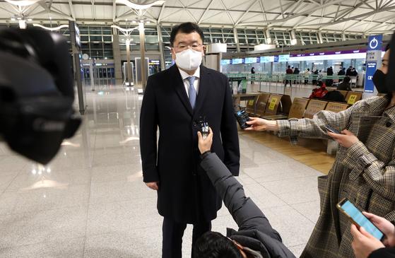 최종건 외교부 1차관이 9일 밤 인천국제공항에서 이란에 억류 중인 한국 선박과 선원의 조기 석방을 논의하기 위해 이란으로 출국하고 있다. 뉴스1