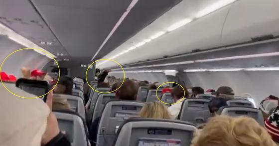9일(현지시간) 미국 워싱턴DC에서 애리조나주로 향하는 아메리칸 항공 여객기에서 빨간모자를 쓴 트럼프 지지자들이 ″USA″ 구호를 외치고 있다. [@iheartmindy 트위터 캡처]