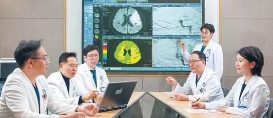 아주대병원 뇌졸중센터 의료진이 모여 급성 허혈성 뇌졸중 환자의 치료 전후 영상을 비교하며 후속 치료법에 대해 토의하고 있다. 김동하 객원기자