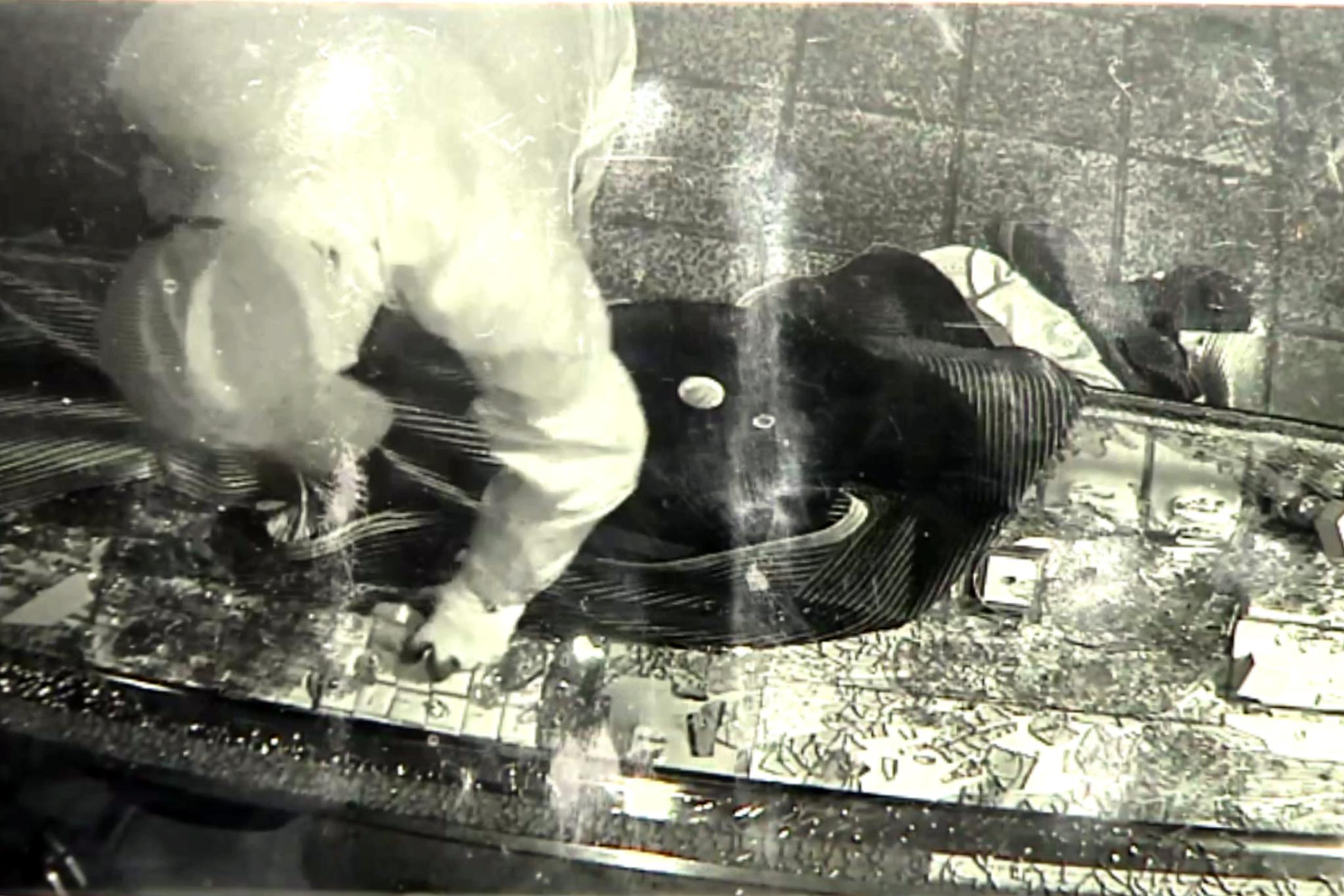 광주 남부경찰서는 금은방에 침입해 귀금속을 훔친 광주 서부경찰서 소속 A 경위를 긴급체포해 조사하고 있다고 7일 밝혔다. 사진은 A 경위가 귀금속을 훔치는 모습이 촬영된 금은방 CCTV 영상. 연합뉴스