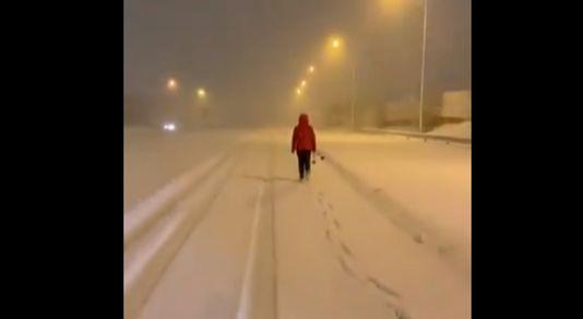 9일 스페인에 폭설이 내리자 밤새 22km 길을 걸어서 출근하고 있는 간호사. [트위터 캡처]
