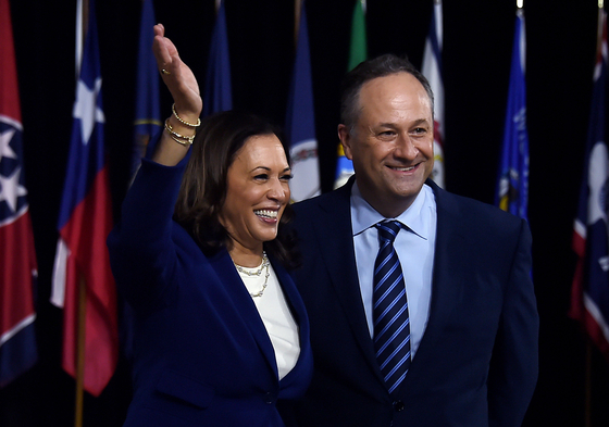 지난 8월 카멀라 해리스(왼쪽)가 부통령 후보가 된 뒤 함께 무대에 오른 남편 더글러스 엠호프. AFP=연합뉴스