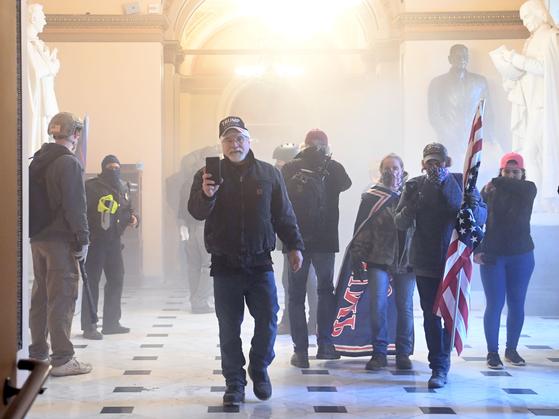 지난 6일(현지시간) 미국 워싱턴 연방의회 의사당에 난입한 시위대의 모습. [연합=AFP]
