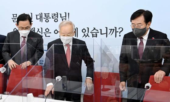 왼쪽부터 주호영 국민의힘 원내대표, 손경식 경총회장, 김기문 중기중앙회장. 뉴스1