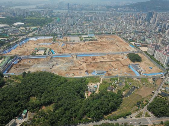 1만2000여 가구가 들어설 서울 강동구 둔촌주공 재건축 사업부지. 2019년 12월 착공했지만 분양가 문제로 분양이 미뤄지고 있다. [중앙포토]