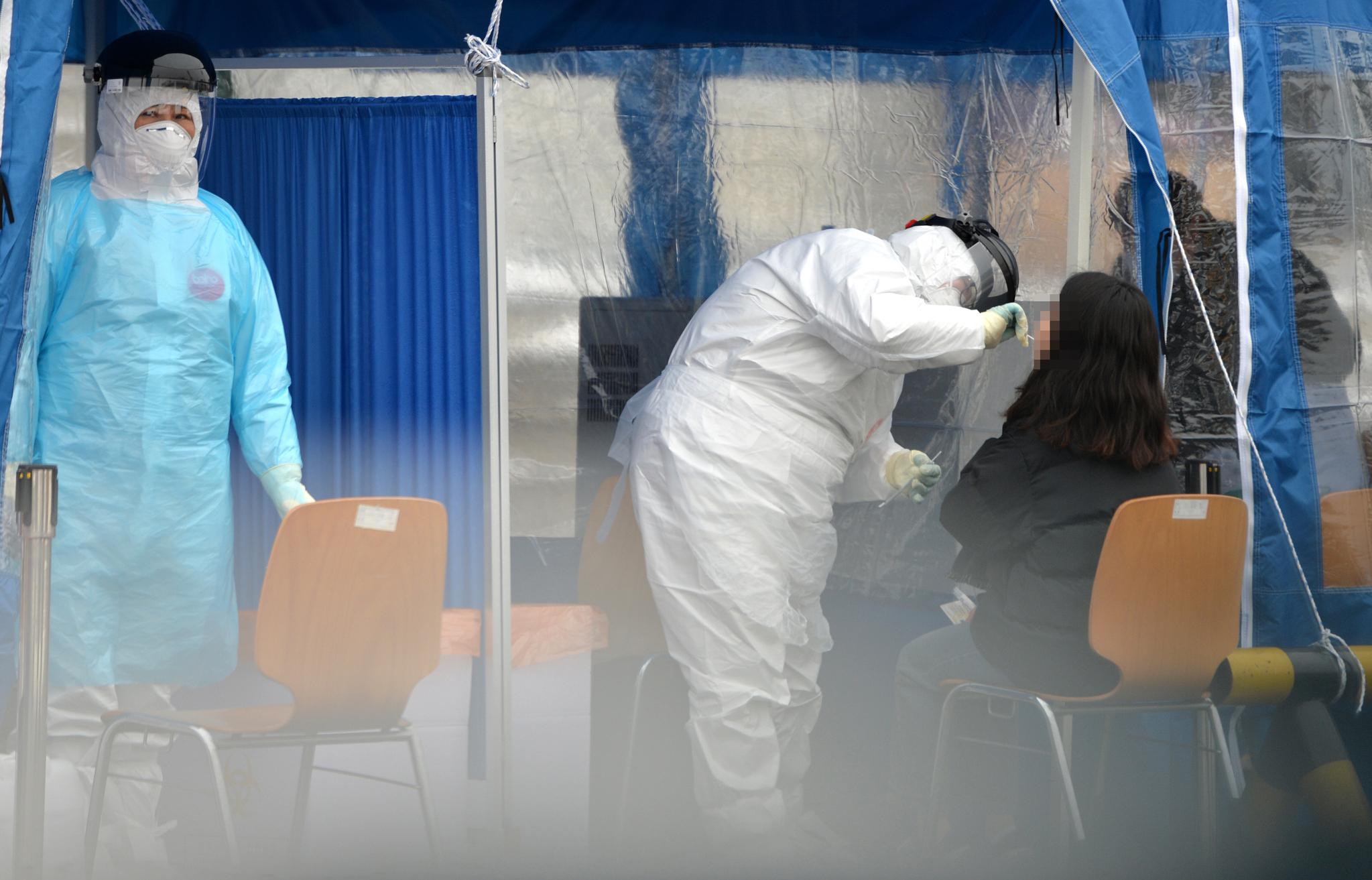 11일 대전 한밭체육관 주차장에 마련된 코로나19 임시 선별진료소에서 의료진들이 방문한 시민들을 검사하고 있다. 중앙포토