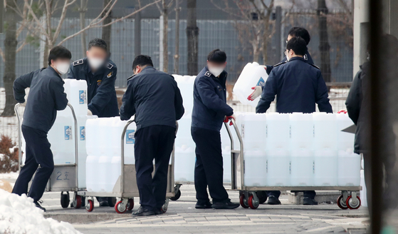 Employees are carrying disinfectant products for the eighth full test at the Seoul East Detention Center, which is at the center of the new coronavirus infection (Corona 19) outbreak.  News 1