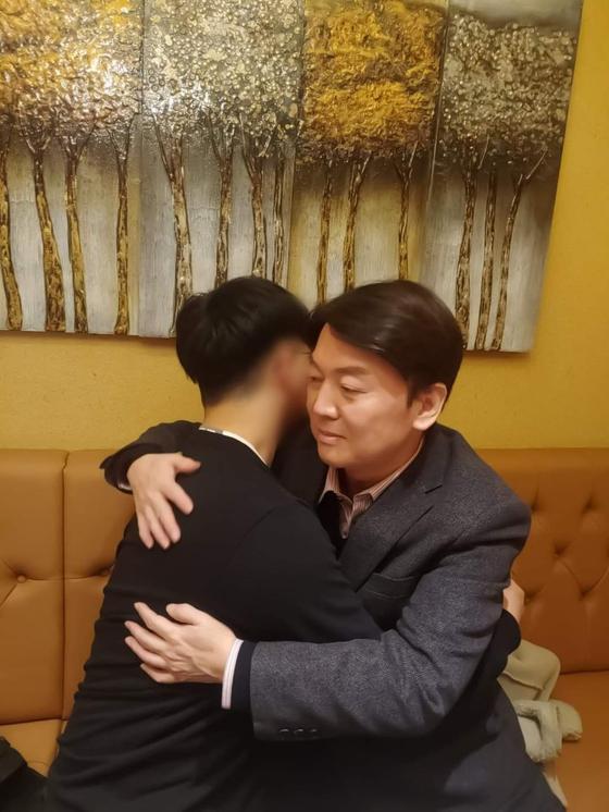 서울시장 보궐선거 경쟁에서 선두를 유지하고 있는 안철수 국민의당 대표가 12일 자신의 SNS를 통해 지난해 북한군의 총격으로 사망한 해수부 공무원 이모(47)씨의 유가족들을 만나고 왔다고 밝혔다. [안철수 국민의당 대표 페이스북]