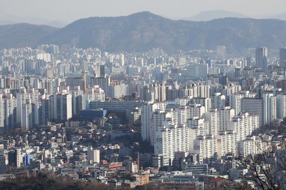 주거지역 용도변경을 통한 주택 공급 확대 방안이 추진되고 있다. 남산에서 바라본 서울의 모습. 연합뉴스