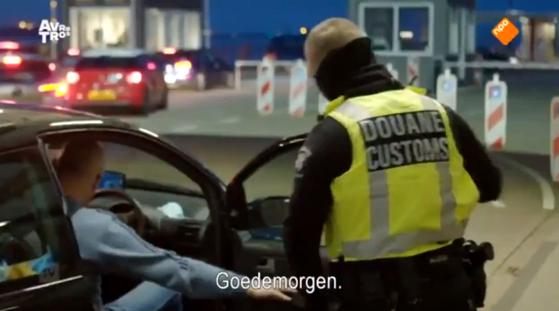 네덜란드 후크반홀란드시 페리 터미널에서 세관원이 영국인 입국자의 차량 내부를 살피고 있다. [네덜란드 방송사 NPO1]