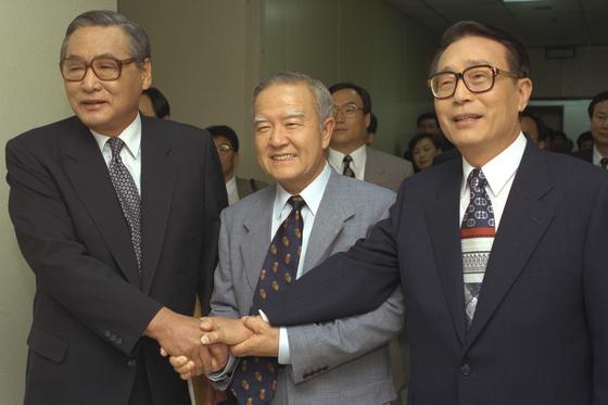 1995년 첫 민선 서울시장 선거에 출마한 후보들이 KBS 특별회견에 앞서 악수하고 있다. 좌측부터 당시 정원식 민자당 후보, 조순 민주당 후보, 박찬종 무소속 후보. [중앙포토]