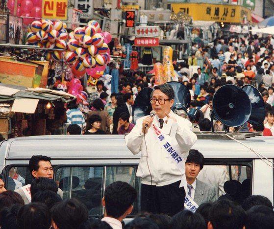 박찬종 후보가 1992년 대선에서 남대문시장에서 지나는 시민들 앞에서 유세하는 장면. 박 후보는 이후 1995년 서울시장 선거에 무소속으로 출마했다. 중앙포토