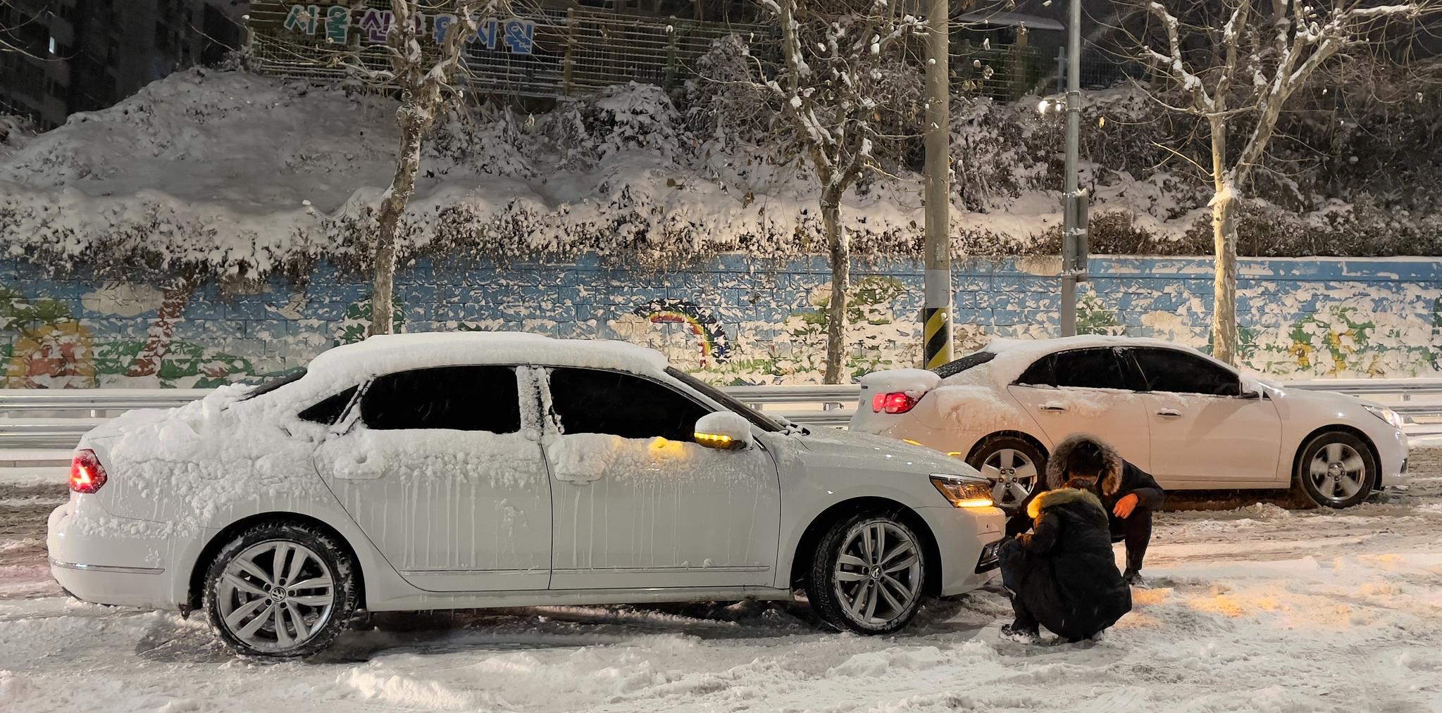 지난 6일 내린 눈으로 서울 관악구 호암로 인근 도로가 결빙돼 차들이 멈춰서 있다. [뉴스 1]