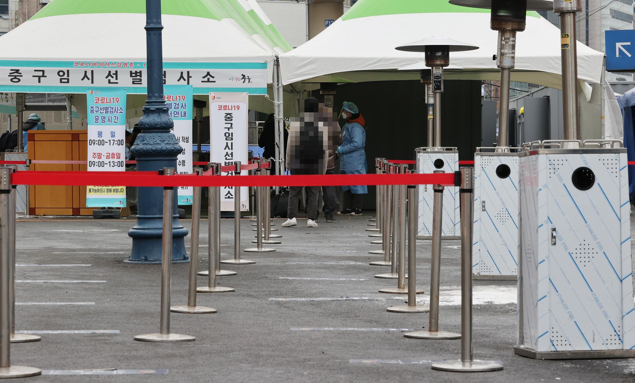 11일 오전 서울역 광장에 마련된 코로나19 임시 선별검사소가 한산한 모습이다. 이날 국내 신종 코로나바이러스 감염증(코로나19) '3차 대유행'의 기세가 한풀 꺾인 가운데 신규 확진자 수는 400명대 중반까지 떨어졌다. 연합뉴스