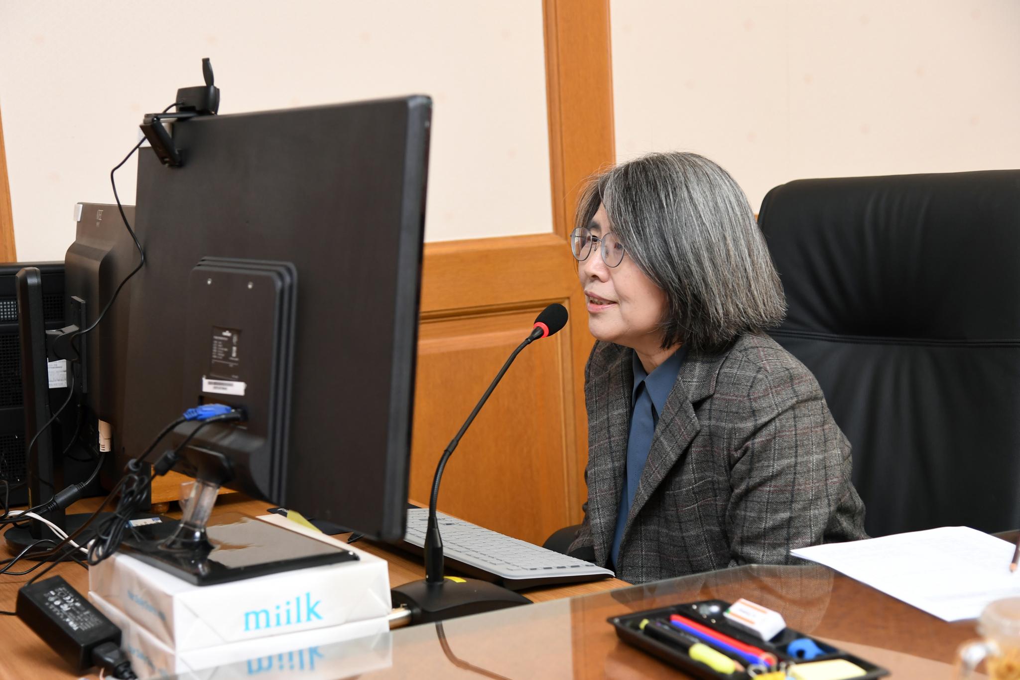 김영란 양형위원장이 지난해 12월 7일 대법원에서 양형위원회 제106차 회의를 하고 있다. 사진 대법원