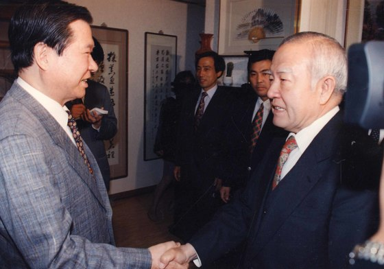 민주당의 서울시장후보 경선에 뛰어든 조순 전 한국은행 총재가 김대중(DJ) 전 대통령과 악수하는 모습. 1995년 선거에서 DJ는 조 전 총재를 전폭 지원했다. 중앙포토