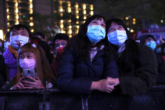 지난해 12월 31일 대만에서 새해 맞이를 위해 모인 군중들이 마스크를 착용하고 있다. [로이터=연합뉴스]