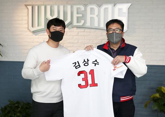 SK에 입단한 투수 김상수(왼쪽)와 류선규 단장. [사진 SK 와이번스]