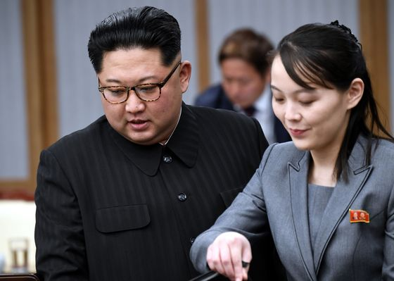2018년 판문점 평화의 집에서 열린 2018남북정상회담에서 북한 김정은 국무위원장이 자리에 앉고 있다. 오른쪽은 김여정 당 부부장. [연합뉴스]