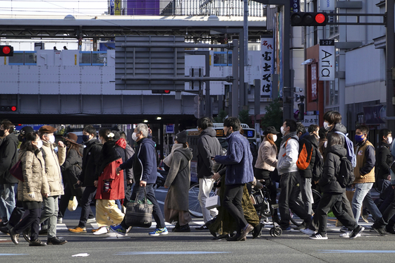 지난 3일 일본 시민들이 도쿄 거리를 걷고 있다. AP=연합뉴스