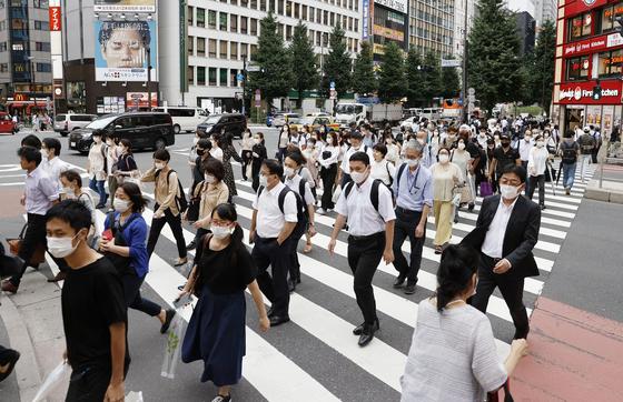 코로나19에 마스크 쓴 도쿄 시민들. 연합뉴스