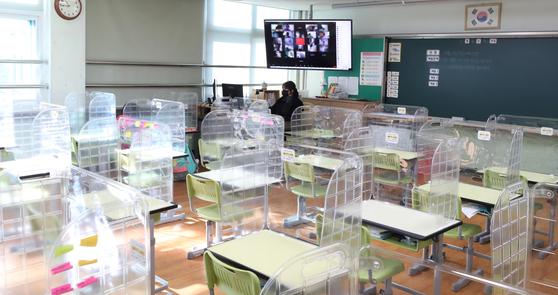 코로나19 확산 방지를 위한 원격 수업 - 지난해 인천 남동구의 한 초등학교에서 한 교사가 원격 수업준비를 하고 있다. 뉴스1