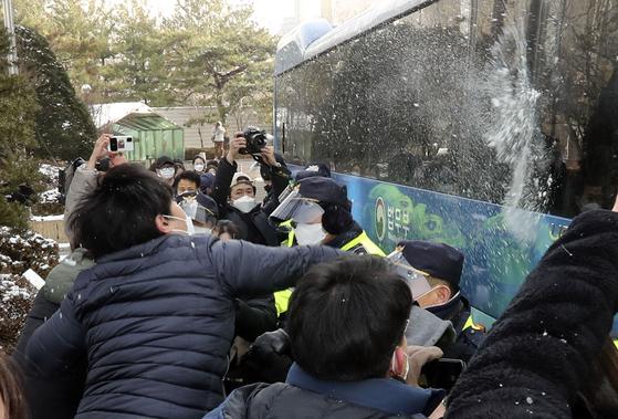 입양 뒤 양모의 학대로 숨진 '정인이 사건' 첫 공판이 13일 서울 양천구 남부지법에서 열렸다. 이날 분노한 시민들이 정인이 양모를 태운 호송버스에 눈덩이를 던지고 있다. 김성룡 기자