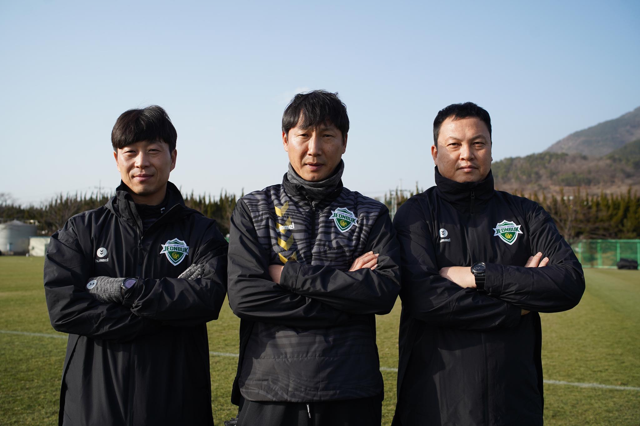 전북 현대를 새롭게 이끈 김상식(가운데) 감독. 그를 보좌할 김두현(왼쪽) 코치와 이운재(오른쪽) 코치. [사진 전북 현대]