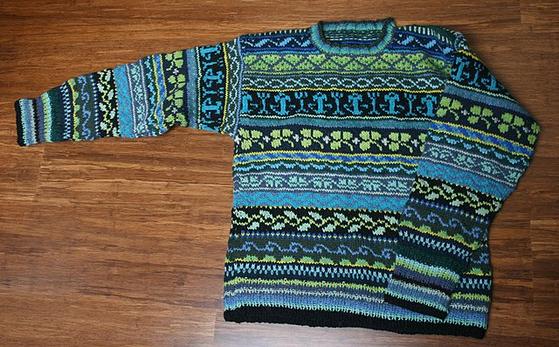 페어 아일 스웨터를 더욱 성숙하게 입고 싶다면 코듀로이 팬츠와 옥스퍼드 버튼다운 셔츠와 함께 입자. 가장 멋진 스타일을 완성할 수 있다.[사진 Lisa Dusseault on Wikimedia Commons]