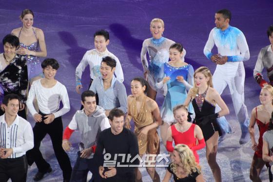 2014년 소치 올림픽 피겨 스케이팅 경기가 모두 끝난 뒤 열린 갈라쇼 모습. 김연아와 아사다 마오는 이 대회를 끝으로 이별할 것을 예감하고 무대 뒤에서 기념 사진을 찍었다고 한다. 김식 기자