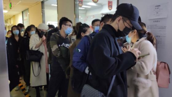 중국에서 장기임대 아파트를 운영하는 기업 단커 아파트가 유동성 위기를 맞으며 세입자와 집주인 모두가 곤혹스러운 상황이 펼쳐지고 있다. 단커 아파트에 상황을 문의하기 위해 몰린 인파. [남방도시보]