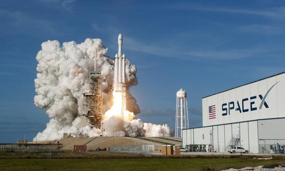2018년 미국 플로리다에서 스페이스 X의 우주선이 이륙 중이다. [UPI=연합뉴스]