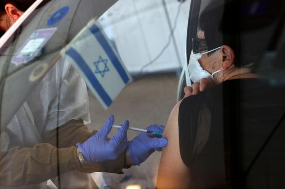 이스라엘 드라이브스루 코로나 백신 접종소에서 11일 백신 접종이 이뤄지고 있다.[AFP=연합뉴스]