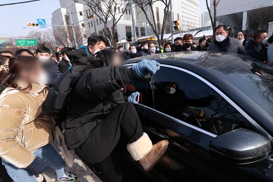 정인양을 입양한 후 수개월간 학대해 사망에 이르게 한 혐의를 받는 양부모에 대한 첫 재판이 열린 13일 오전 서울 양천구 서울남부지방법원에서 양부 안모씨가 탄 차량이 나오자 시민들이 분노를 표출하고 있다. 뉴스1