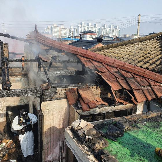 13일 오전 10시44분쯤 충북 충주시 용산동의 한 단독주택에서 불이나 1명이 숨지고, 1명이 연기를 흡입해 병원 치료를 받고 있다. [사진 충북소방본부]
