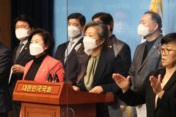 양이원영 더불어민주당 의원이 13일 오후 국회 소통관에서 열린 '월성원전 비계획적 방사성 물질 누출 사건' 공동 기자회견에서 발언하고 있다. 오종택 기자
