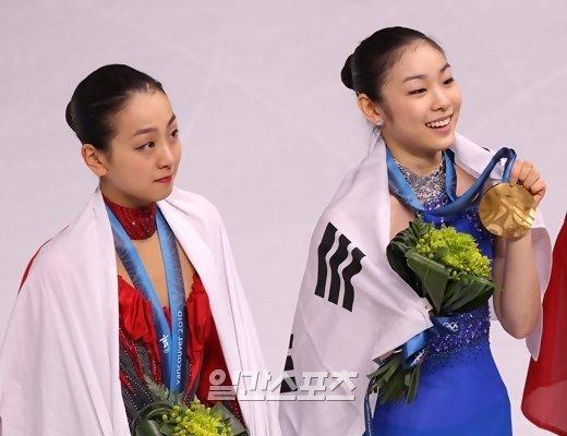 지난 2010년 밴쿠버 올림픽 피겨스케이팅 시상식 아사다 마오와 김연아의 모습. 중앙포토